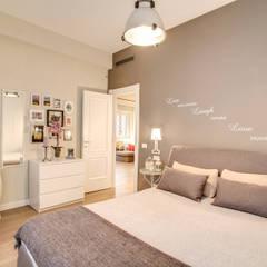 LA CASA DI AMBRA: Camera da letto in stile in stile Moderno di MOB ARCHITECTS