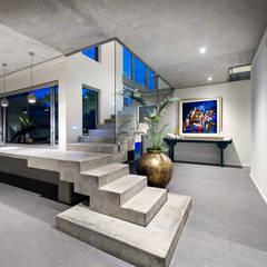 Pasillos, hall y escaleras de estilo translation missing: cl.style.pasillos-hall-y-escaleras.industrial por D-Max Photography