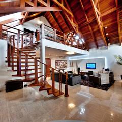 PROJETO ARQUITETÔNICO FACHADA E INTERIOR DA RESIDÊNCIA PRUNER  (Fotos: Lio Simas): Corredores, halls e escadas rústicos por ArchDesign STUDIO