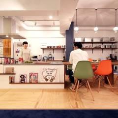 キッチンとダイニングテーブルをつなげたデザイン: nuリノベーションが手掛けたtranslation missing: jp.style.キッチン.eclecticキッチンです。