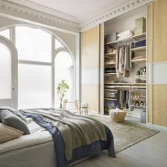 Viel Stauraum im Schlafzimmer: skandinavische Schlafzimmer von Elfa Deutschland GmbH