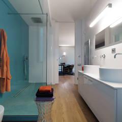 Spazi ritrovati: Bagno in stile in stile Moderno di studio antonio perrone architetto