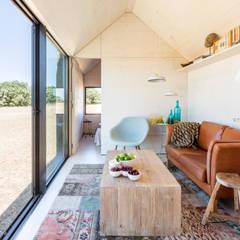 CASA TRANSPORTABLE  ÁPH80: Salones de estilo rústico de ÁBATON Arquitectura