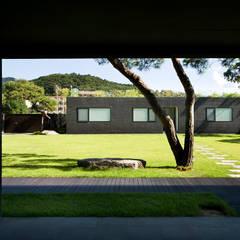 Floating House: hyunjoonyoo architects의 translation missing: kr.style.정원.modern 정원