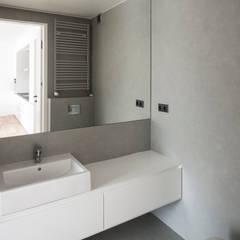 Projekt wnętrza mieszkanie w Warszawie M2-42M: styl translation missing: pl.style.Łazienka.minimalistyczny, w kategorii Łazienka zaprojektowany przez OneByNine