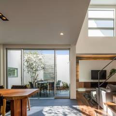 道後のコートハウス: 株式会社細川建築デザインが手掛けたtranslation missing: jp.style.リビング.modernリビングです。