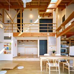 リビングの吹き抜け空間: 久保田英之建築研究所が手掛けたtranslation missing: jp.style.リビング.modernリビングです。