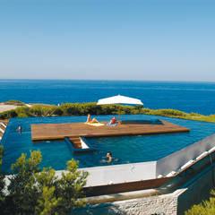 Une île sur le toit: Piscine de style de style Méditerranéen par MOA architecture
