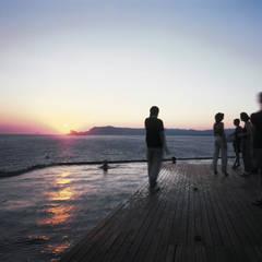 Le soir la piscine devient un espace de réception: Piscine de style de style Méditerranéen par MOA architecture