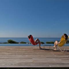 L'eau de la piscine de la même couleur que la mer: Piscine de style de style Méditerranéen par MOA architecture