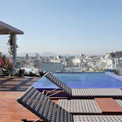 House in Rio의 translation missing: kr.style.발코니-베란다-테라스.modern 발코니, 베란다 & 테라스