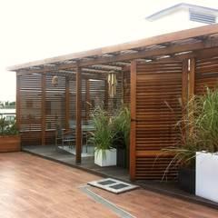 Ogród na dachu z nutką orientu: styl translation missing: pl.style.balkon-taras-i-weranda.kolonialny, w kategorii Balkon, taras i weranda zaprojektowany przez GREENERIA