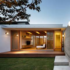 中庭からリビング: 窪江建築設計事務所が手掛けたtranslation missing: jp.style.庭.asian庭です。