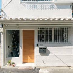 玄関ファサード: coil松村一輝建設計事務所が手掛けたtranslation missing: jp.style.家.eclectic家です。
