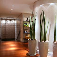 Residência Jardim Marajoara: Corredores, halls e escadas modernos por MeyerCortez arquitetura & design