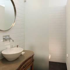 Apartamento Saldanha_Reabilitação Arquitectura + Design Interiores: Casas de banho modernas por Tiago Patricio Rodrigues, Arquitectura e Interiores