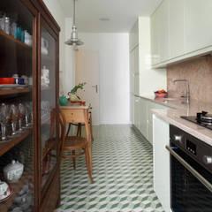Apartamento Saldanha_Reabilitação Arquitectura + Design Interiores: Cozinhas modernas por Tiago Patricio Rodrigues, Arquitectura e Interiores