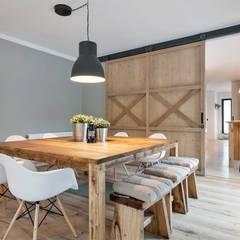Crespià: Comedores de estilo escandinavo de Dröm Living
