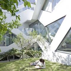 HWA HUN - 자연이 점거한 작은성: IROJE KIMHYOMAN의 translation missing: kr.style.정원.modern 정원