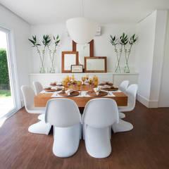 CASA PRAIA: Salas de jantar tropicais por Tweedie+Pasquali
