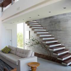 CASA VENTURA M22: Corredores, halls e escadas modernos por ESTUDIO 30 51