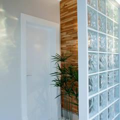 Retrofit Casa Swiss Park Campinas: Corredores, halls e escadas modernos por Designer de Interiores e Paisagista Iara Kílaris