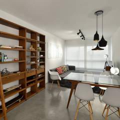 Apartamento Publicitária: Salas de jantar modernas por Johnny Thomsen Design de Interiores