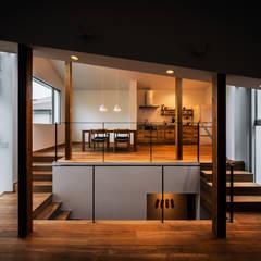 クレバスハウス 書斎+リビングルームからダイニング・キッチン: 株式会社seki.designが手掛けたtranslation missing: jp.style.リビング.modernリビングです。