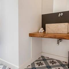 bathroom: Casas de banho mediterrânicas por Home Staging Factory