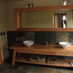 Casa Chapelco Golf - Patagonia Argentina: Baños de estilo moderno por Gingins - Aguirre