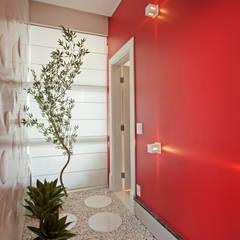 Casa Flora: Corredores, halls e escadas modernos por Arquiteto Aquiles Nícolas Kílaris