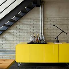 Industrial Loft: Corredores, halls e escadas industriais por DIEGO REVOLLO ARQUITETURA S/S LTDA.