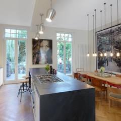 Küche und Essbereich: moderne Küche von Schmidt Holzinger Innenarchitekten