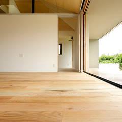 大きな屋根のいえ: miyukidesignが手掛けたtranslation missing: jp.style.リビング.modernリビングです。