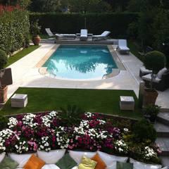 Realizzazioni: Piscina in stile in stile Moderno di Ravanelli Giardini