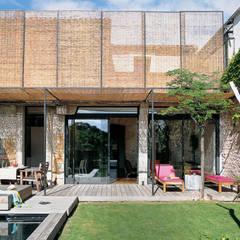 La façade sud-ouest sur jardin réhabilitée: Maisons de style de style Moderne par atelier julien blanchard architecte dplg