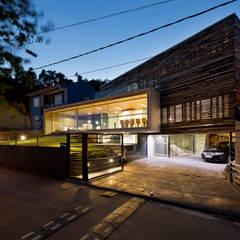 Garages de estilo moderno por Your Architect London Ltd