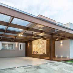 Garages de estilo moderno por Plena Madeiras Nobres