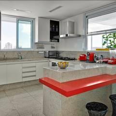 Cobertura Gutierrez: Cozinhas modernas por Cassio Gontijo Arquitetura e Decoração