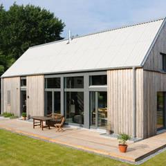 Gartenansicht: moderne Häuser von JEBENS SCHOOF ARCHITEKTEN