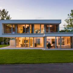 Musterhaus Bad Vilbel: moderne Häuser von Die HausManufaktur GmbH
