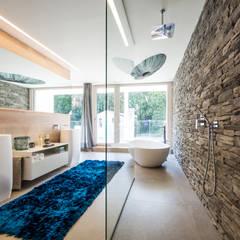 Wellnessoase: moderne Badezimmer von Die HausManufaktur GmbH