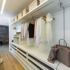 Ankleidezimmer : moderne Ankleidezimmer von Die HausManufaktur GmbH