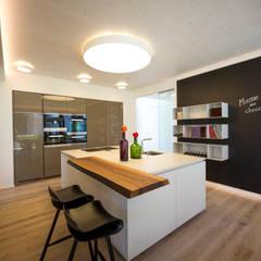 Küche: moderne Küche von Die HausManufaktur GmbH