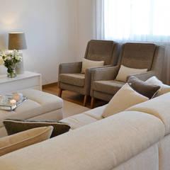 032 | Apartamento, Setúbal: Salas de estar ecléticas por T2 Arquitectura & Interiores