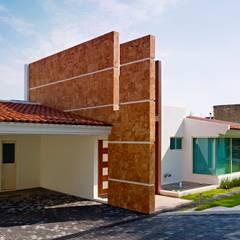 Garages de estilo moderno por Excelencia en Diseño