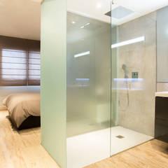 Tabiques traslúcidos en plato de ducha: Baños de estilo minimalista de Estudio de Arquitectura e Interiorismo