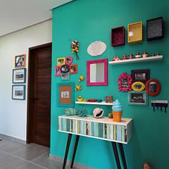 Bangalô 3 irmãos - Praia de Tamandaré/PE: Corredores, halls e escadas tropicais por Celia Beatriz Arquitetura