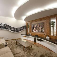 Salas multimedias de estilo translation missing: cl.style.salas-multimedias.moderno por Arquiteto Aquiles Nícolas Kílaris