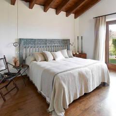 Casa en La Cerdanya. 2013: Dormitorios de estilo rústico de Deu i Deu